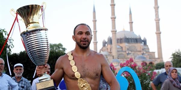 Türkiye Güreş Federasyonu Başkanı Musa Aydın, başpehlivan Ali Gürbüz'ü tebrik etti